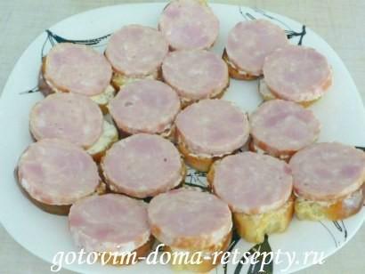 праздничные бутерброды с колбасой и помидорами