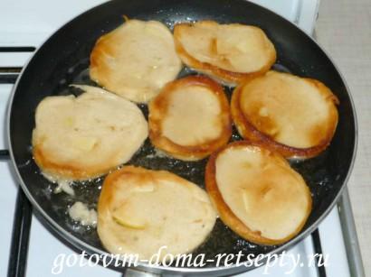 оладьи на кефире с яблоками8