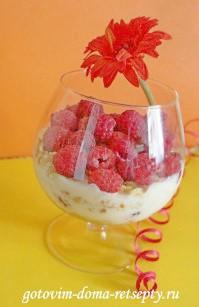 десерт из малины с йогуртом и печеньем