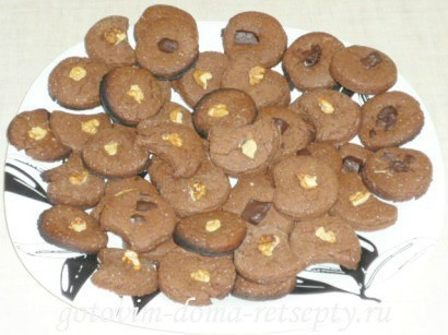 шоколадное песочное печенье с орехами