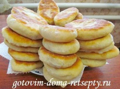 дрожжевые пирожки с картошкой и шкварками