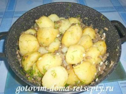 молодая картошка с грибами шампиньонами и чесноком 7