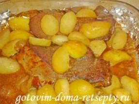 Запеченная в духовке свинина с картошкой с яблочным соусом