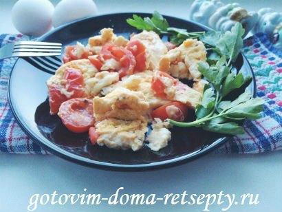 омлет с молоком, сыром и помидорами