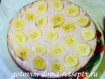 уложенные на сметанный крем кусочки банана