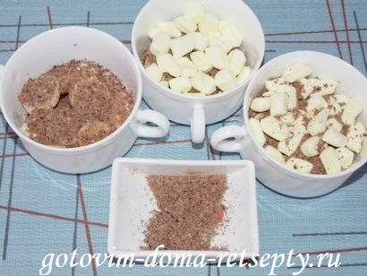 посыпанные тёртым шоколадом бананы, поверх которых резанный маршмеллоу