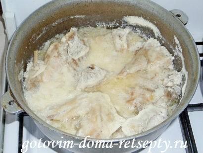 готовое мясо тушеного в сметане кролика