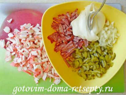 салат с крабовыми палочками, кукурузой и огурцами 2