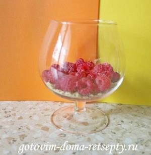 десерт из малины с йогуртом и печеньем 5
