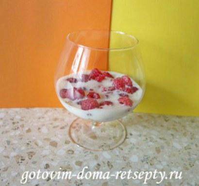 десерт из малины с йогуртом и печеньем 6
