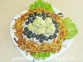 салат с курицей, сыром и грибами