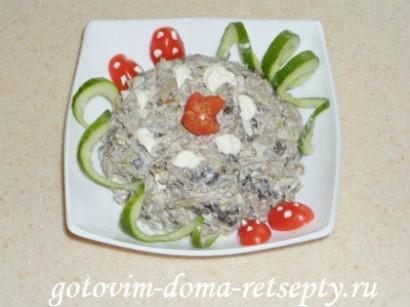 салат с курицей, грибами и печенью