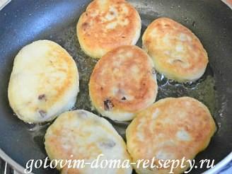 сырники из творога, рецепт с манкой и изюмом 11