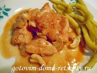 куриное филе с орехами на сковороде