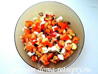 теплый салат с баклажаном и перцами
